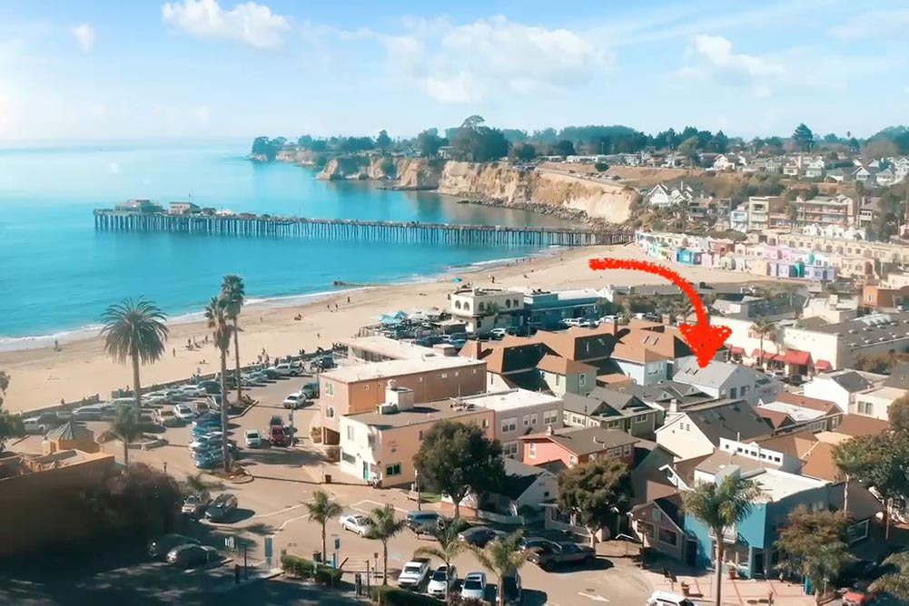 62 steps santa cruz airbnb near the beach. map with arrow